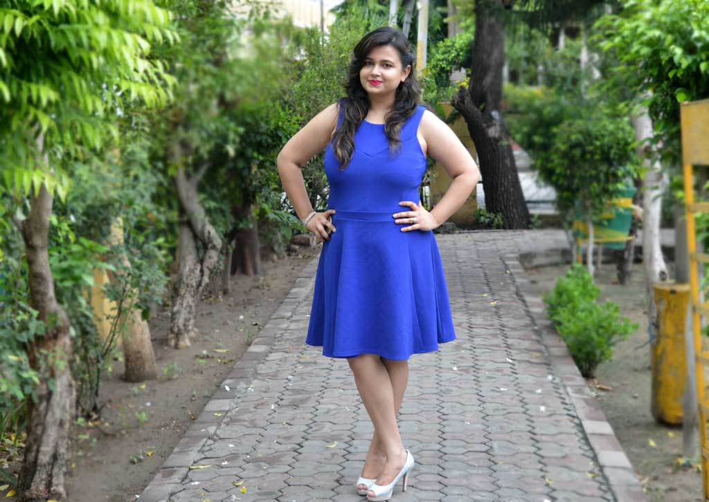 How to wear blue skater dress for curvy girls